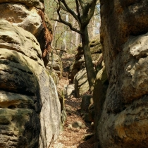 Cesta mezi skalami