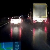Předjíždění kamionů - levý pruh dálnice, rychlost okolo 90 km/h