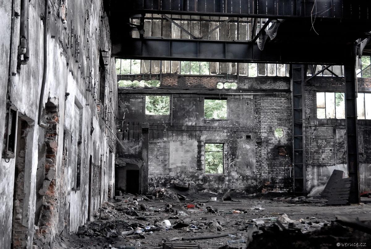 Chátrající továrna