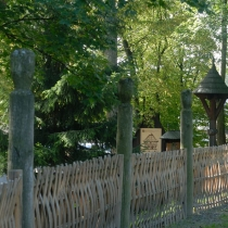 Dřevěné městečko - Propletený plot u amfiteátru